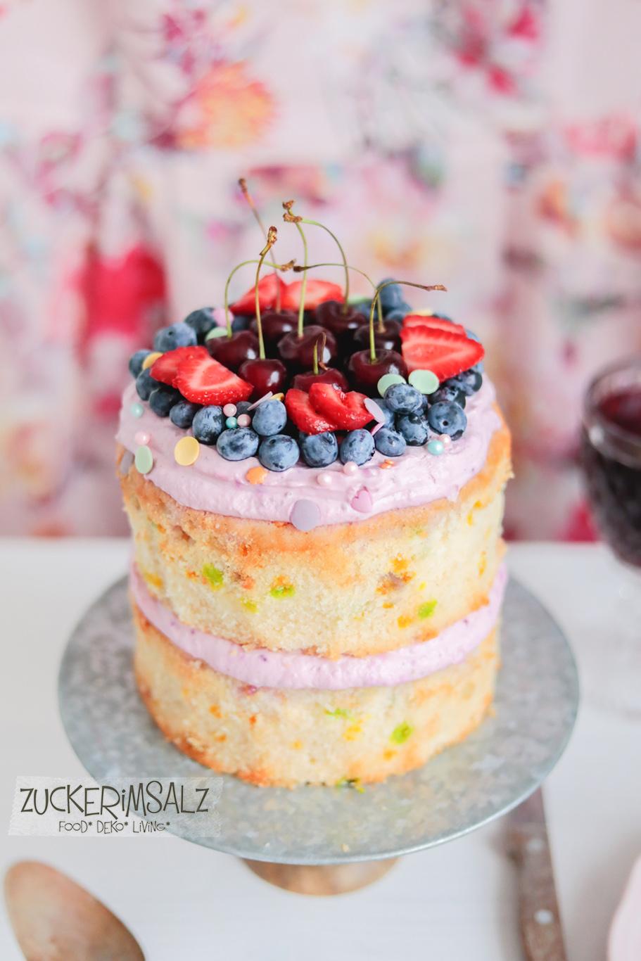 Funfetti, Konfetti, Mini, Cake, Kuchen, Torte, Törtchen, ohne Eigelb, Bananen, Kirschen, Erdbeeren, Blaubeeren, frisch, fruchtig, Frischkäse, Sommer,